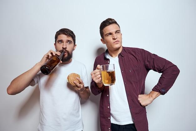 Dwaj przyjaciele piją piwo rozrywka zabawa alkohol przyjaźń styl życia światło