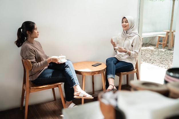 Dwaj przyjaciele wspólnie piją kawę w kawiarni