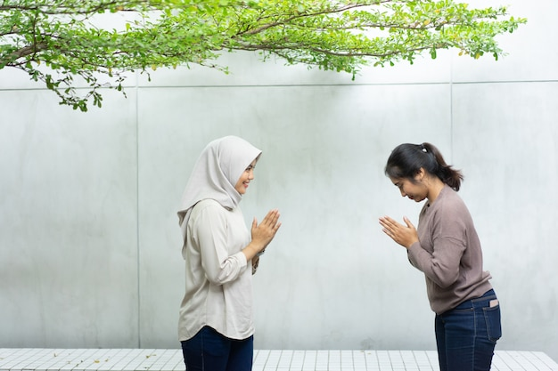Dwaj przyjaciele z gestami powitania przepraszają