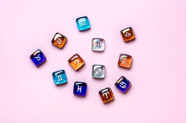 Dwanaście płaskich znaków zodiaku leżało na białym tle