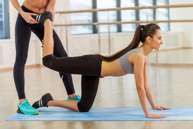 Dwie atrakcyjne dziewczyny sportowe uśmiecha się podczas ćwiczeń.