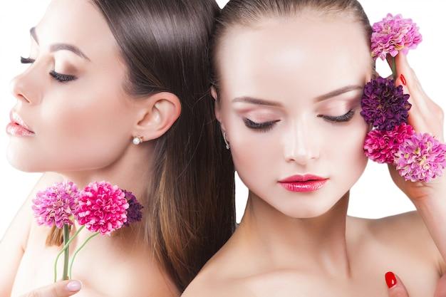 Dwie atrakcyjne młode kobiety piękno portret pięknych pań. kosmetyki, rzęsy zbliżenie. portret mody.
