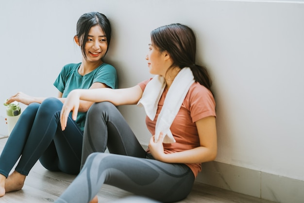 Dwie azjatki robiące sobie przerwę od sesji jogi
