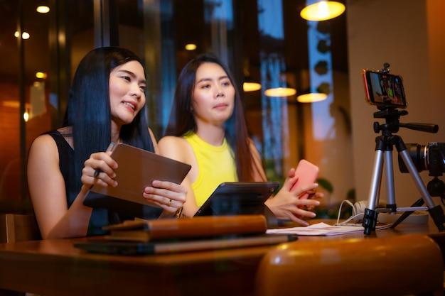 Dwie azjatki w domu rozmawiają przed kamerą na vlogowaniu