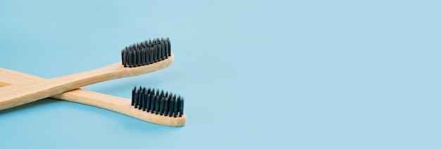 Dwie bambusowe szczoteczki do zębów na powierzchni bluw. ekologiczny styl życia
