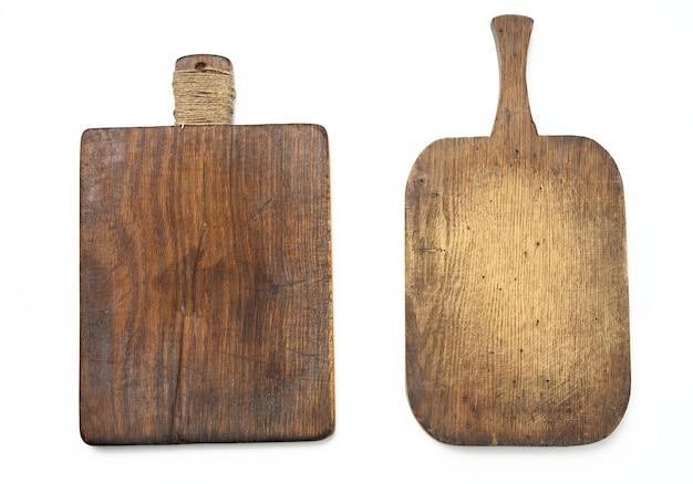 Dwie bardzo stare puste drewniane deski kuchenne na białym tle