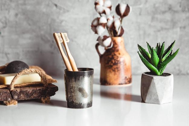 Dwie białe i żółte ekologiczne szczoteczki do zębów z bambusa, drewniane z białym