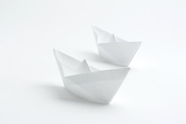 Dwie białe łódki, wykonane w technice origami