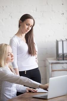 Dwie businesswoman omawianie pracy