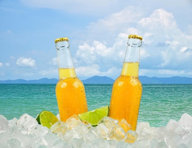 Dwie butelki zimnego piwa na plaży
