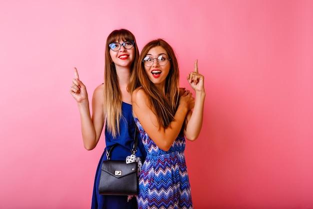 Dwie całkiem eleganckie stylowe kobiety skierowaną w górę
