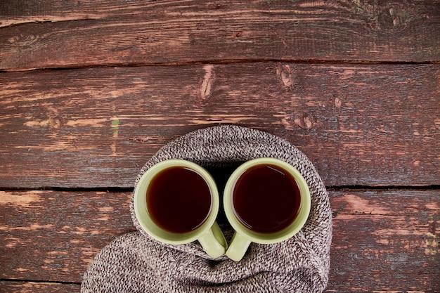Dwie ciepłe filiżanki herbaty, jesienne liście.