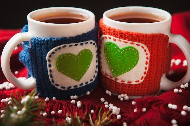 Dwie ciepłe filiżanki herbaty lub kawy z sercem na walentynki