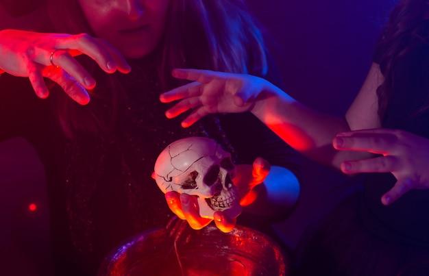 Dwie czarownice na halloween, które wyczarowują w halloweenowych nocach magiczne święta i mistyczną koncepcję