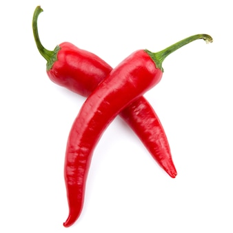 Dwie czerwone papryczki chili na białym tle