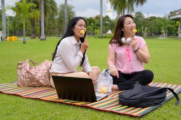 Dwie dojrzałe azjatki razem relaks w parku