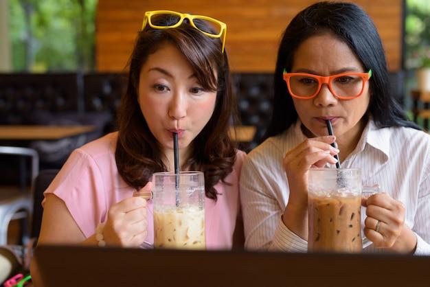 Dwie dojrzałe azjatki razem spędzają czas w kawiarni