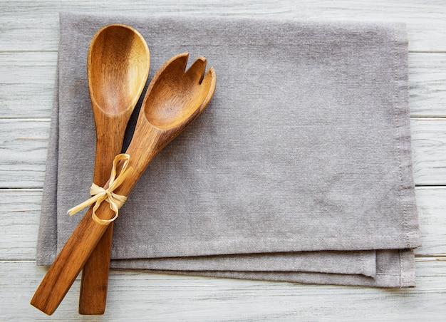 Dwie drewniane łyżki do sałatek na lnianym płótnie