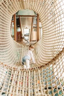 Dwie dziewczyny bawią się w siatkę linową, centrum zabaw dla dzieci