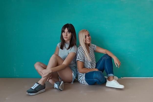 Dwie dziewczyny hipster pozowanie