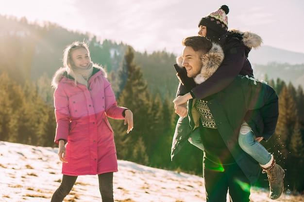 Dwie dziewczyny i chłopiec spędzający wakacje w górach w zimie