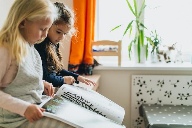 Dwie dziewczyny i książka