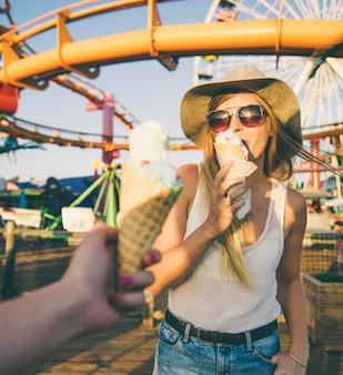 Dwie dziewczyny jedzą lody