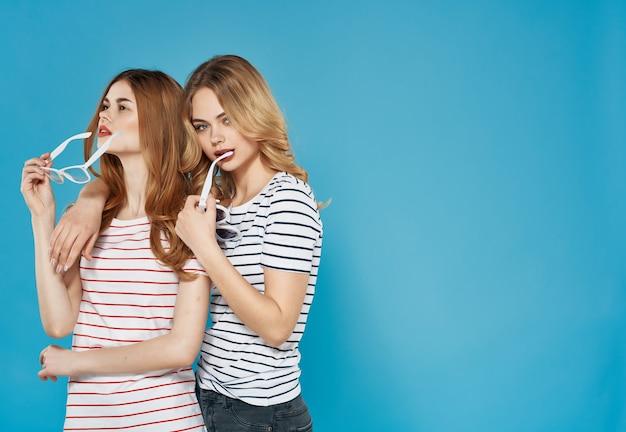 Dwie dziewczyny koszulki w paski moda zabawa urok lato