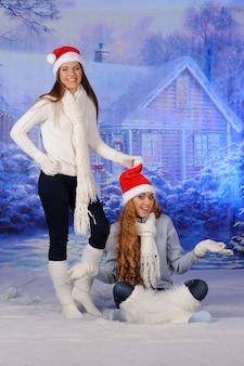 Dwie dziewczyny lub siostry bawią się razem przed świętami bożego narodzenia.