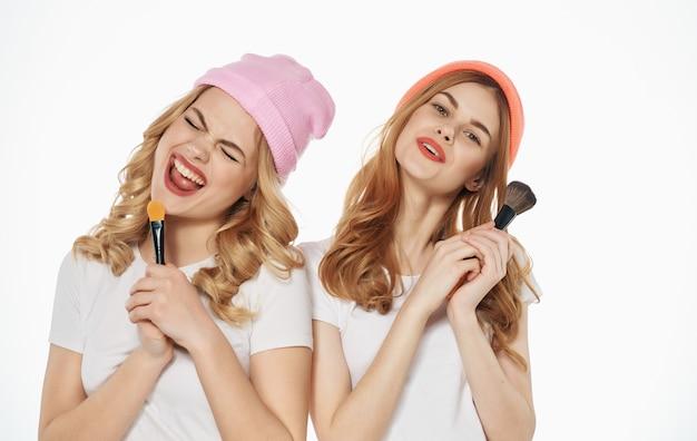 Dwie dziewczyny modne ubrania studio komunikacji obejmują przyjaźń