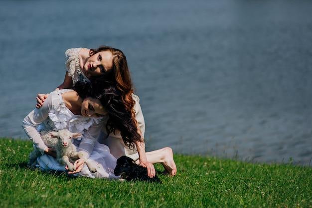 Dwie dziewczyny na jeziorze