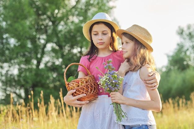 Dwie dziewczyny na łące w słoneczny letni dzień