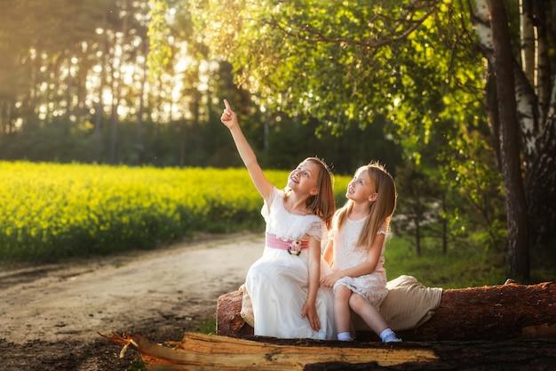 Dwie dziewczyny na polu rzepaku latem