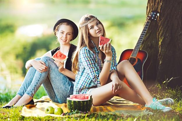 Dwie dziewczyny piknik w parku