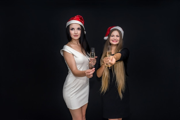 Dwie dziewczyny pozują z szampanem i bengalskimi światłami