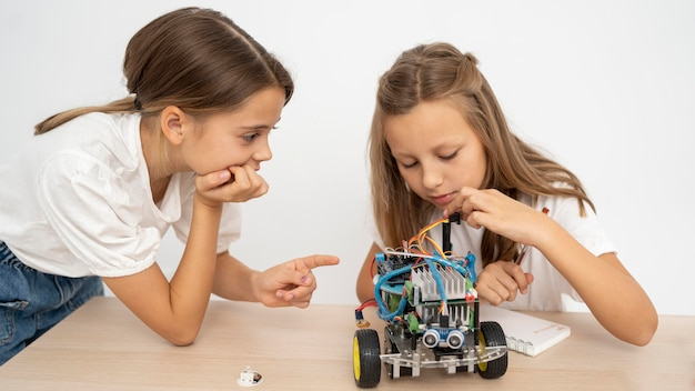 Dwie dziewczyny razem przeprowadzają eksperymenty naukowe