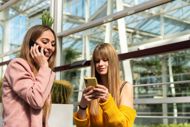 Dwie dziewczyny rozmawiają przez telefon