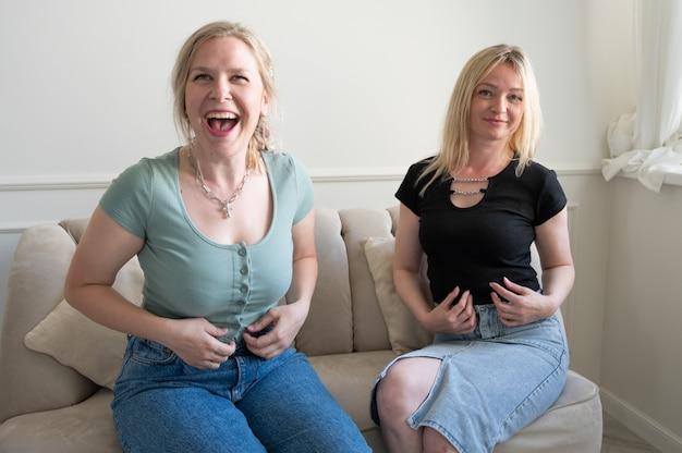 Dwie dziewczyny się śmieją. szczęśliwe kobiety.