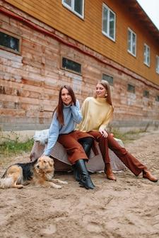 Dwie dziewczyny siedzące obok siebie
