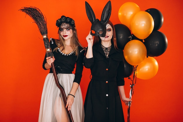 Dwie dziewczyny w kostiumach na halloween