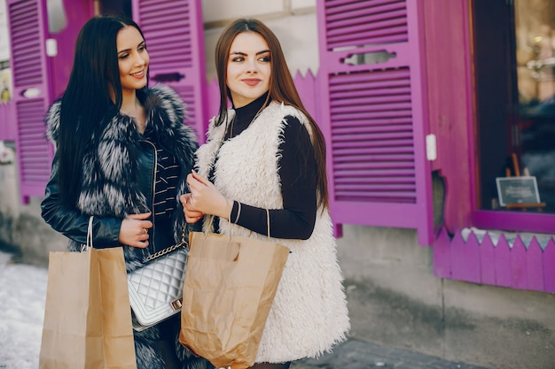 Dwie dziewczyny w mieście