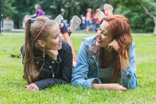 Dwie dziewczyny w parku w tallinie