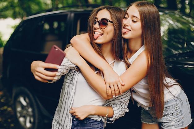 Dwie dziewczyny w pobliżu samochodu