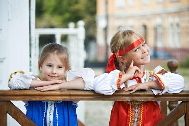 Dwie dziewczyny w rosyjskich strojach ludowych