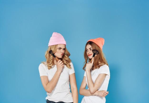 Dwie dziewczyny weekend kosmetyki styl życia zabawa komunikacja styl życia.