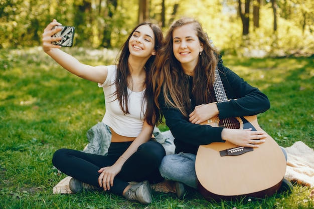 Dwie dziewczyny z gitarą