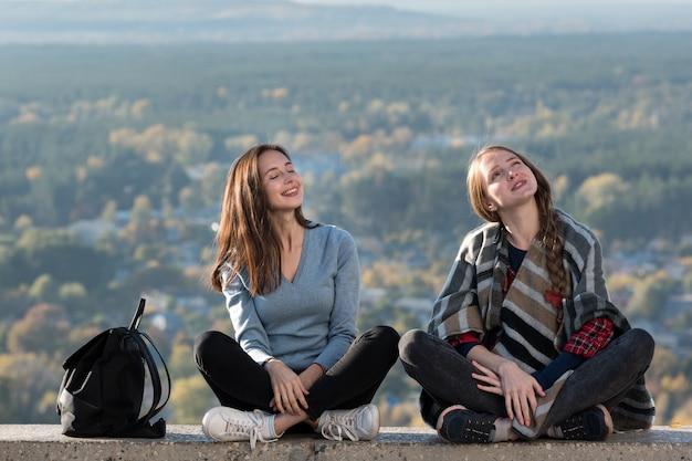 Dwie dziewczyny z przyrodą i uśmiechem. weekend w naturze i wakacje z przyjacielem.