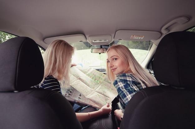 Dwie dziewczyny zatrzymały się na drodze, aby uzyskać wskazówki