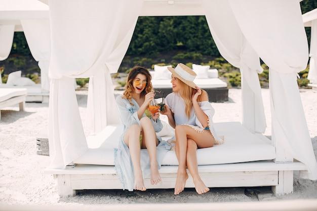 Dwie eleganckie dziewczyny w kurorcie