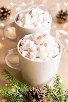 Dwie filiżanki gorącego kakao z piankami marshmallows